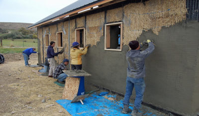 Как штукатурить цементным раствором саманные стены затвердевание бетонной смеси