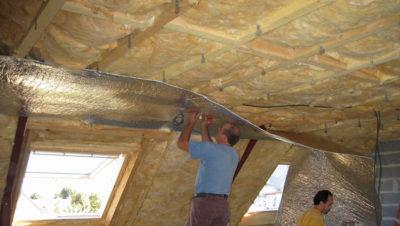Как можно утеплить потолок в частном доме?