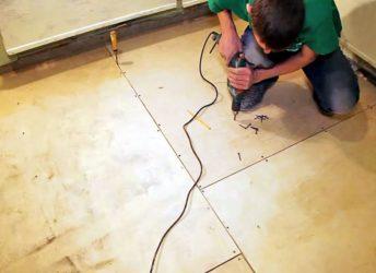 Как крепить линолеум к деревянному полу?